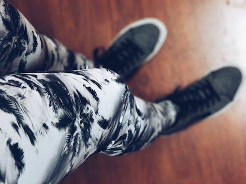 Immagine gratuita di adulto, bianco e nero, calzature, confortevole
