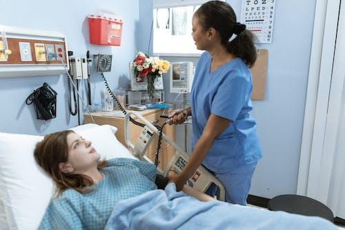 Vrouw In Blauw Struikgewas Pak Met Wit En Grijs Ziekenhuisbed