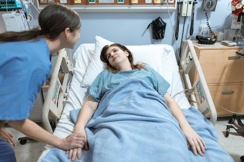 Vrouw In Blauw Shirt Liggend Op Ziekenhuisbed