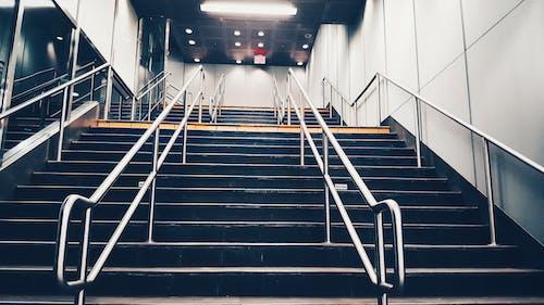 Fotos de stock gratuitas de carril, colores fríos, entrenar, escaleras