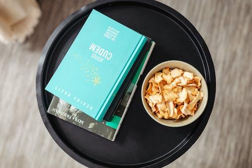 小吃, 書堆, 桌上 的 免费素材图片
