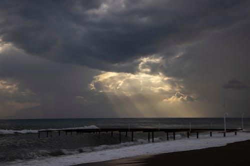 Foto profissional grátis de água, beira-mar, céu nublado