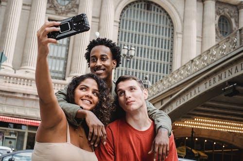 Man In Rood Shirt Met Ronde Hals Met Zwarte Smartphone