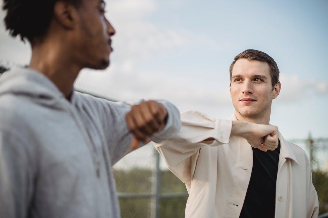 Mann Im Weißen Hemd, Das Mann Im Schwarzen Anzug Hält