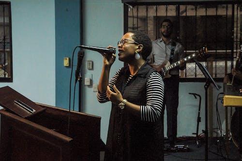 Ảnh lưu trữ miễn phí về ca sĩ, cầu nguyện, đàn bà, đen