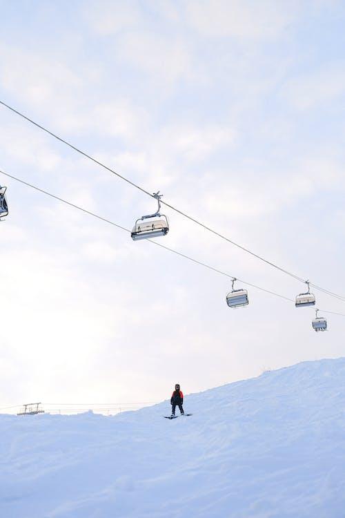 Immagine gratuita di fare snowboard, funivia, neve