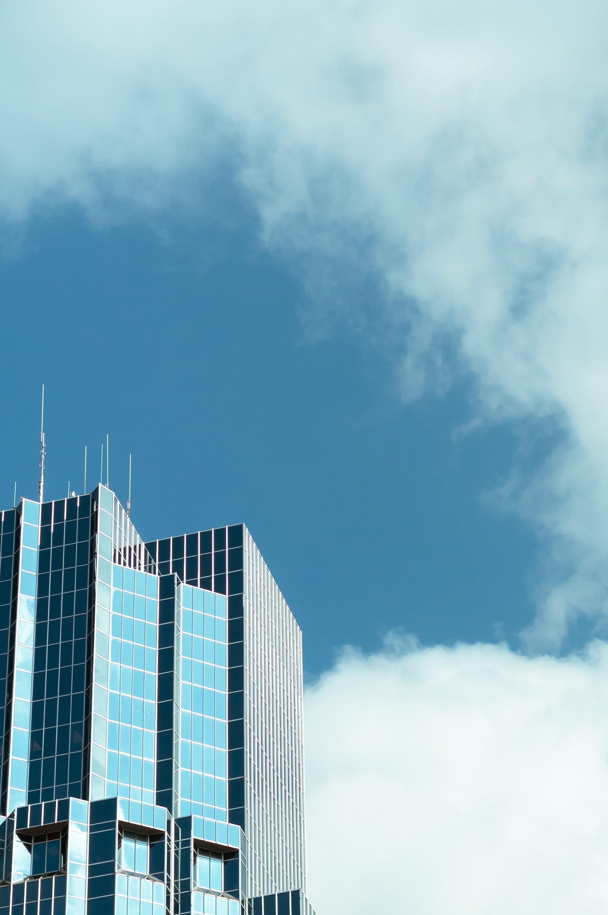 Kostenloses Stock Foto zu architektur, aufnahme von unten, blauer himmel, glasartikel