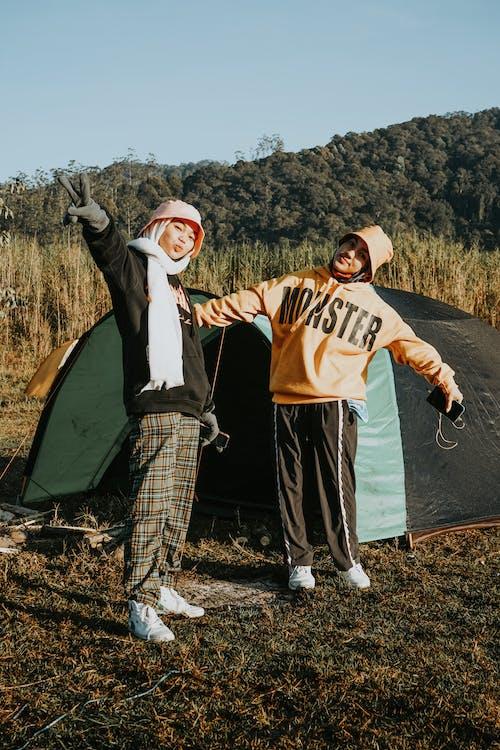 Foto profissional grátis de acampamento, amigo, amizade