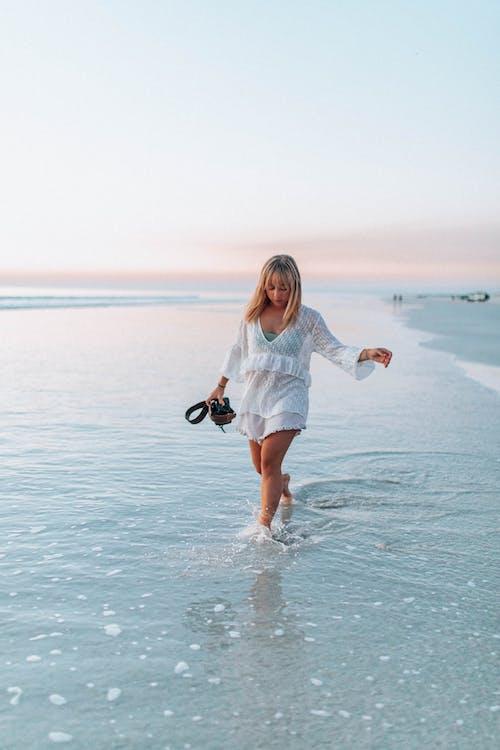 Foto d'estoc gratuïta de a l'aire lliure, aigua, diversió, dona