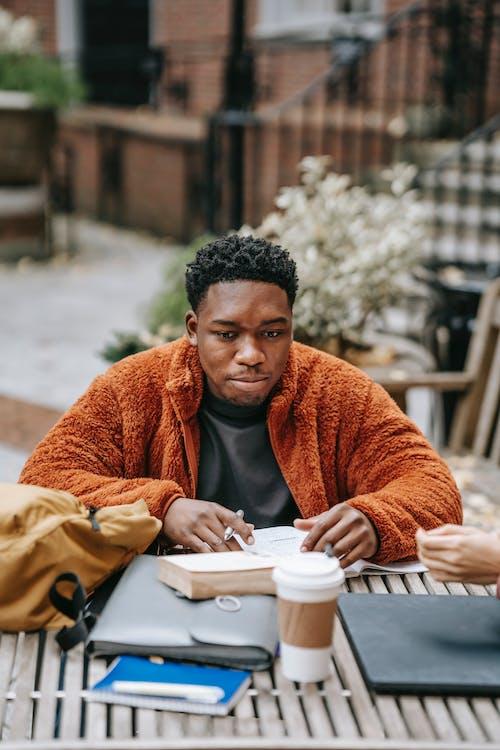 Man In Oranje Gewaad Leesboek
