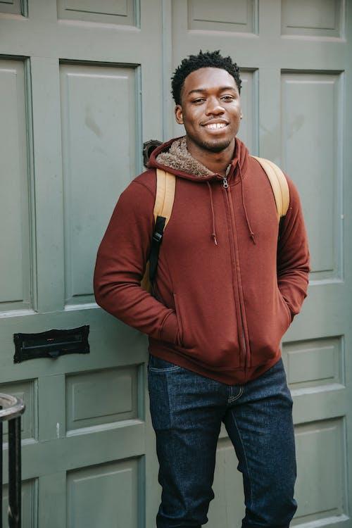 Kırmızı Fermuarlı Ceketli Adam Beyaz Ahşap Kapının Yanında Duran