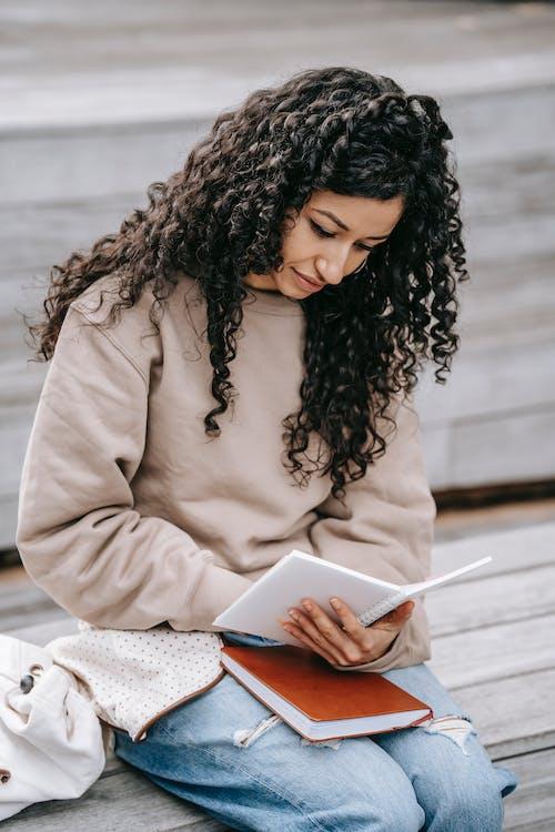Kadın Bej Uzun Kollu Gömlek Okuma Kitabı