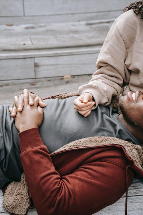 Homme En Veste Marron Allongé Sur Un Plancher En Bois Marron