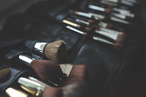 Бесплатное стоковое фото с инструменты, кисти, кисти для макияжа, кисточки для макияжа