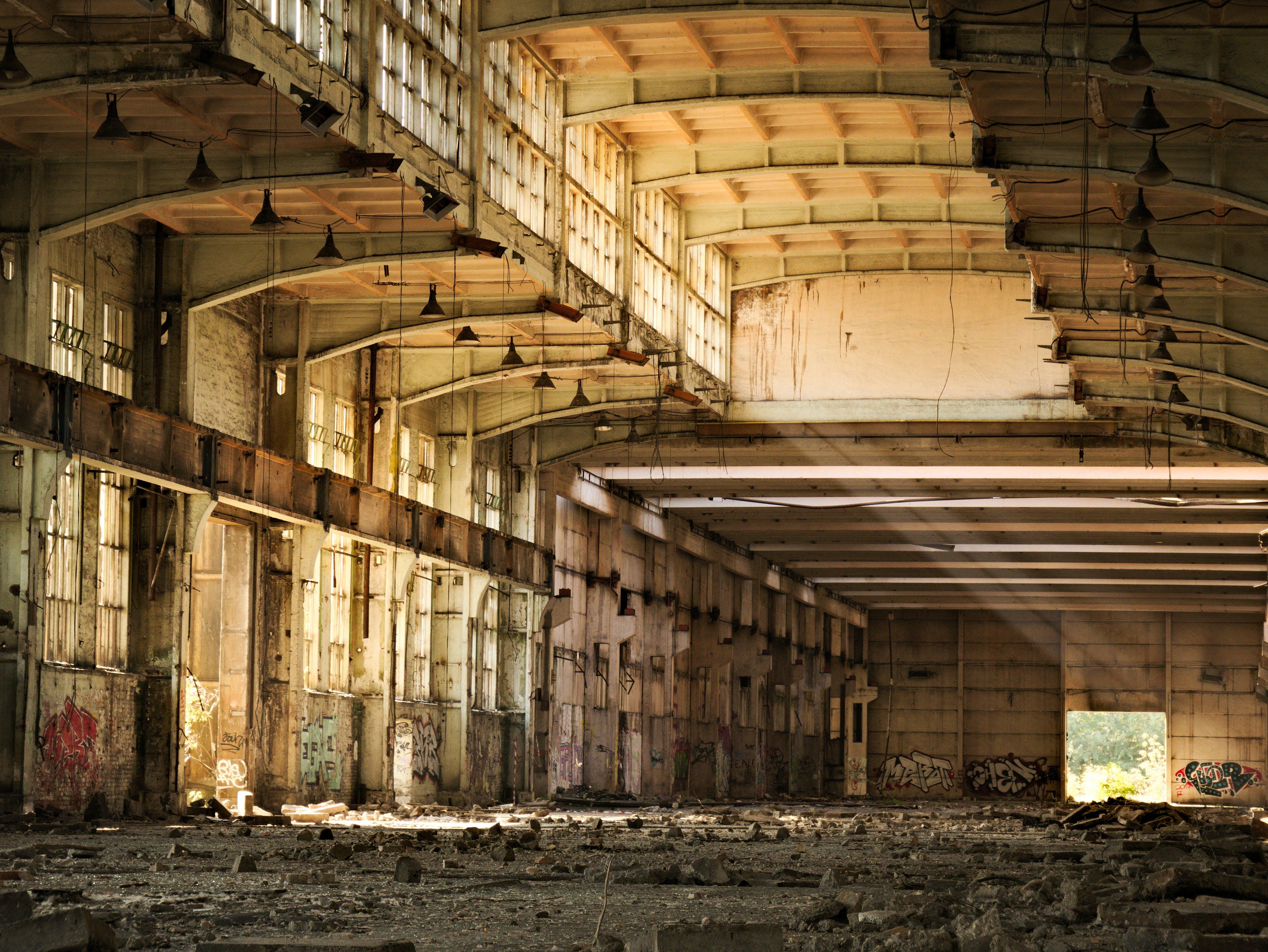 Kostenloses Stock Foto zu alte fabrik, fabrik, gebäude, graffiti