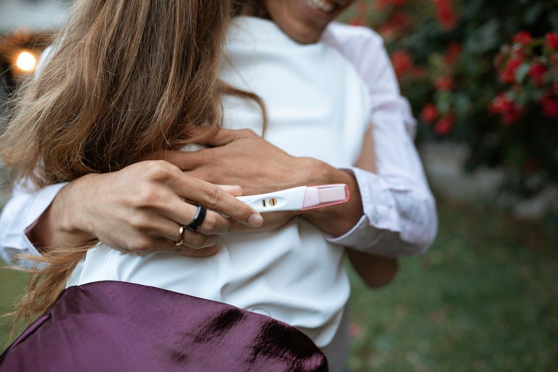 Frau Im Weißen Langarmhemd, Das Weißes Smartphone Hält