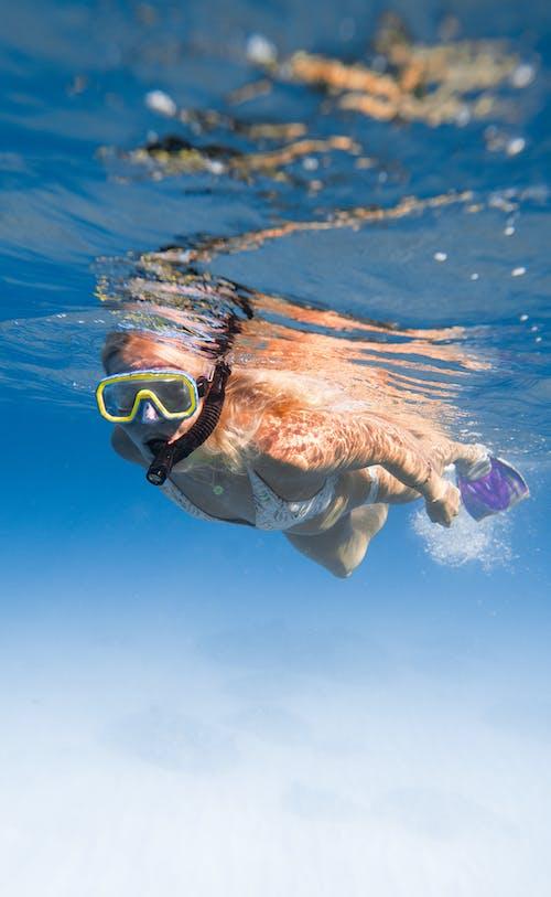 Persona En Gafas Azules Y Gafas En El Agua