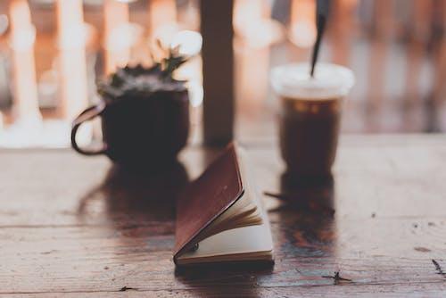 Gratis lagerfoto af bog, bord, Drik, drink