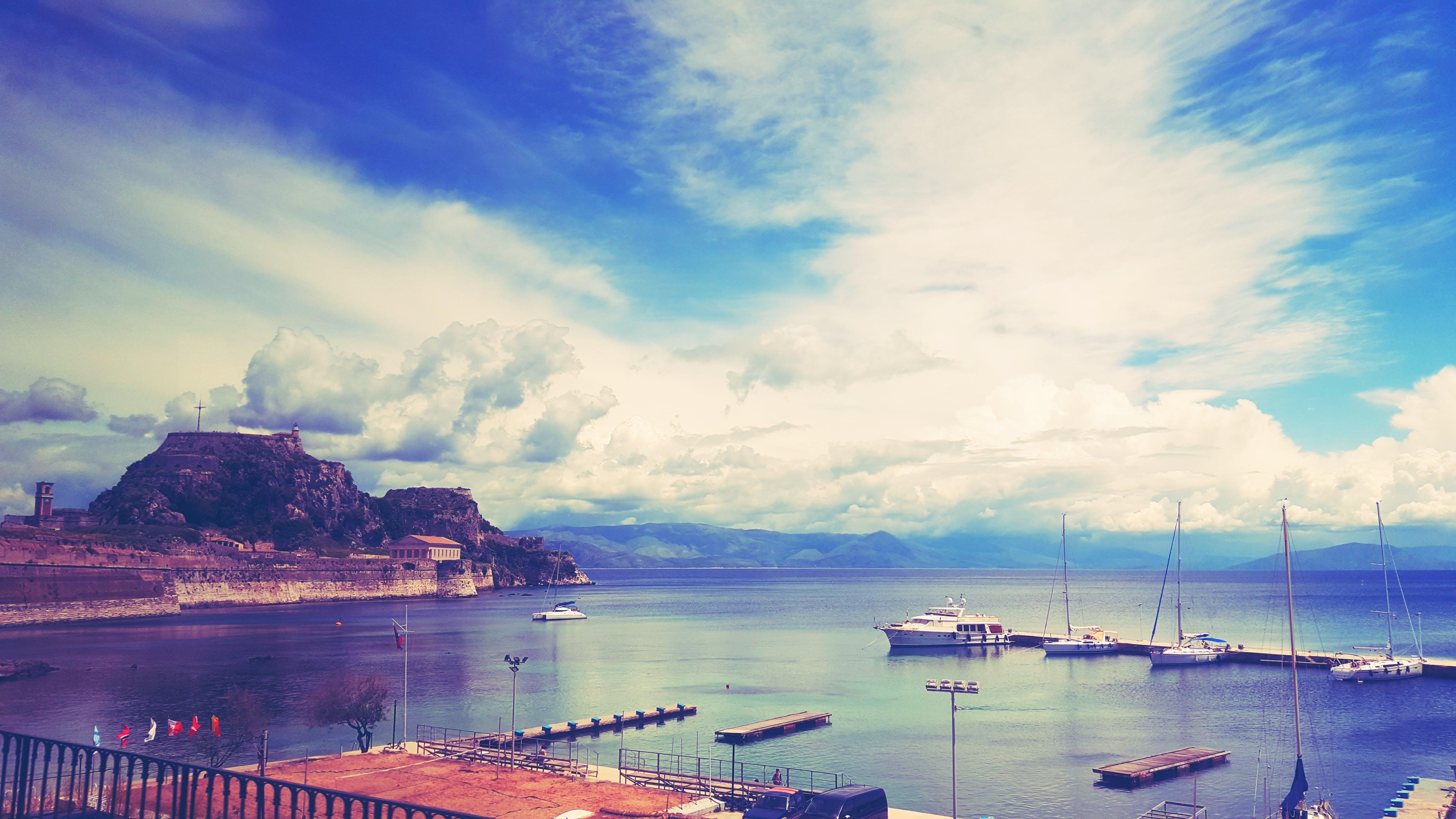 Gratis arkivbilde med #corfu #greece #sea #castle #boats #clouds