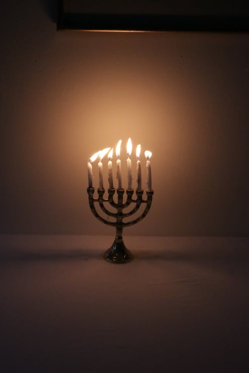 Beleuchtete Kerzen Auf Einem Tisch