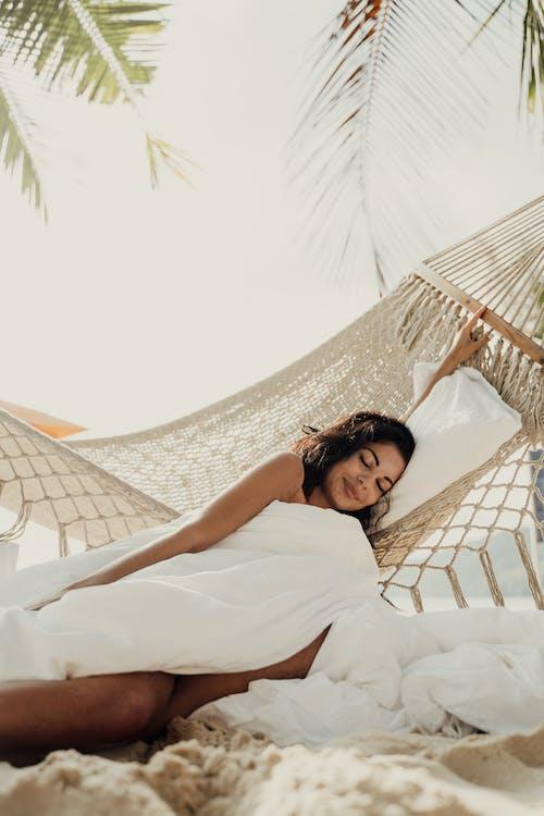 Beyaz Yatakta Yatan Beyaz Elbiseli Kadın