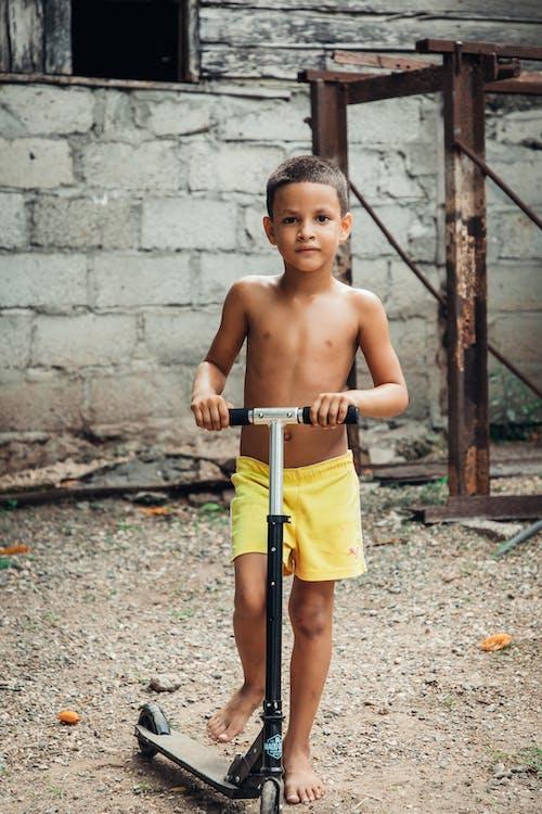 Immagine gratuita di bambino, calcio motorino, pantaloncini