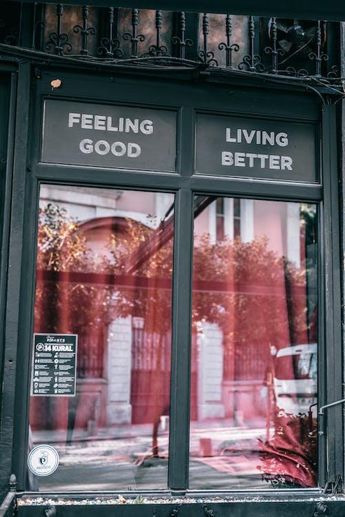Fenêtres Du Restaurant Moderne Avec Des Panneaux Disant Se Sentir Bien