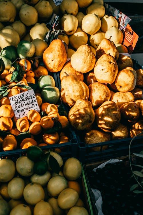 Frutas Maduras Mostradas En Puesto En El Mercado