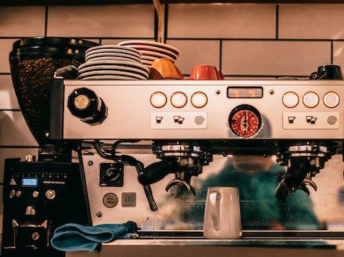 Gümüş Ve Siyah Espresso Makinesi