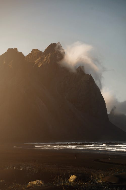 Montagna Marrone Vicino Al Corpo D'acqua