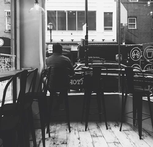 Darmowe zdjęcie z galerii z bar, czarno-biały, dorosły, krzesła