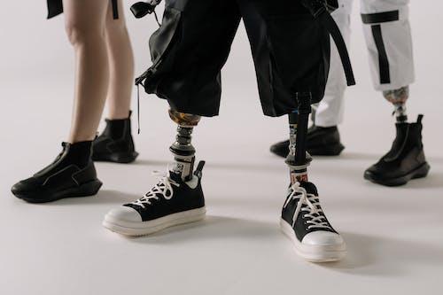 человек в черно белых кроссовках Nike