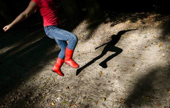 Kostenloses Stock Foto zu person, mädchen, hüpfen, jeans