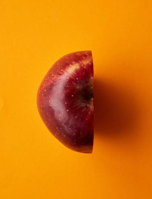 Rood Appelfruit Op Geel Oppervlak