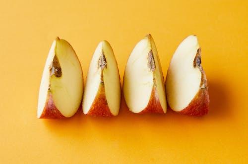 Gesneden Appels Op Geel Oppervlak