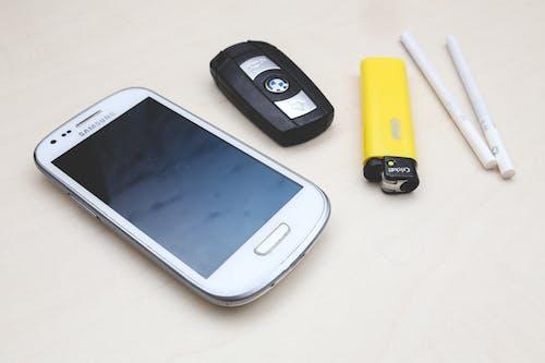 Darmowe zdjęcie z galerii z dzwonić, ekran, kluczyk samochodowy, papierosy