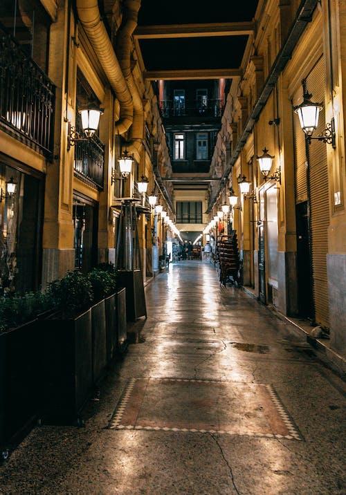 Orang Orang Yang Berjalan Di Jalur Antara Bangunan Beton Coklat