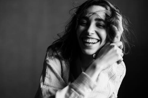 Безкоштовне стокове фото на тему «bw, toothy smile, веселий»