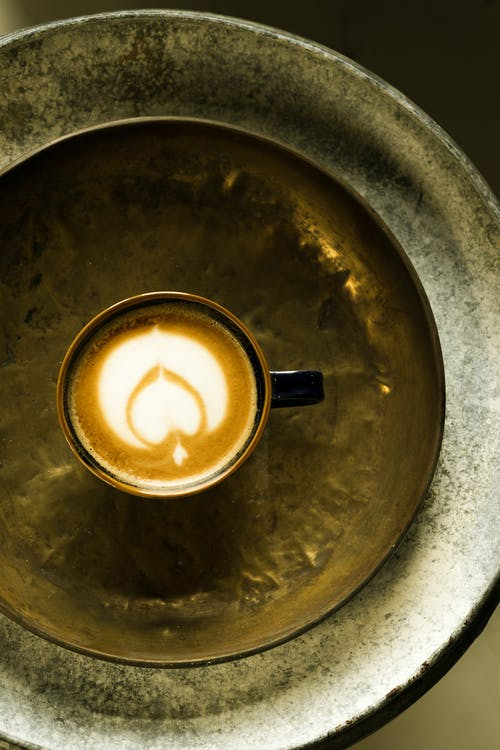 Чашка из нержавеющей стали с коричневой жидкостью