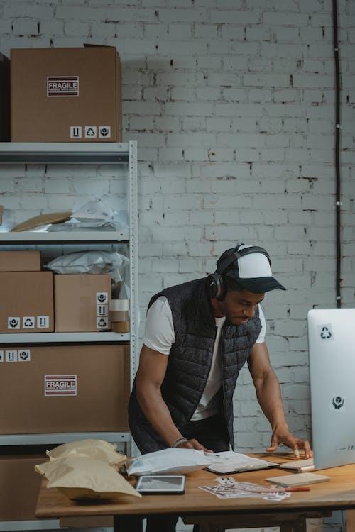 Darmowe zdjęcie z galerii z biznes, czapka z daszkiem, dokumenty