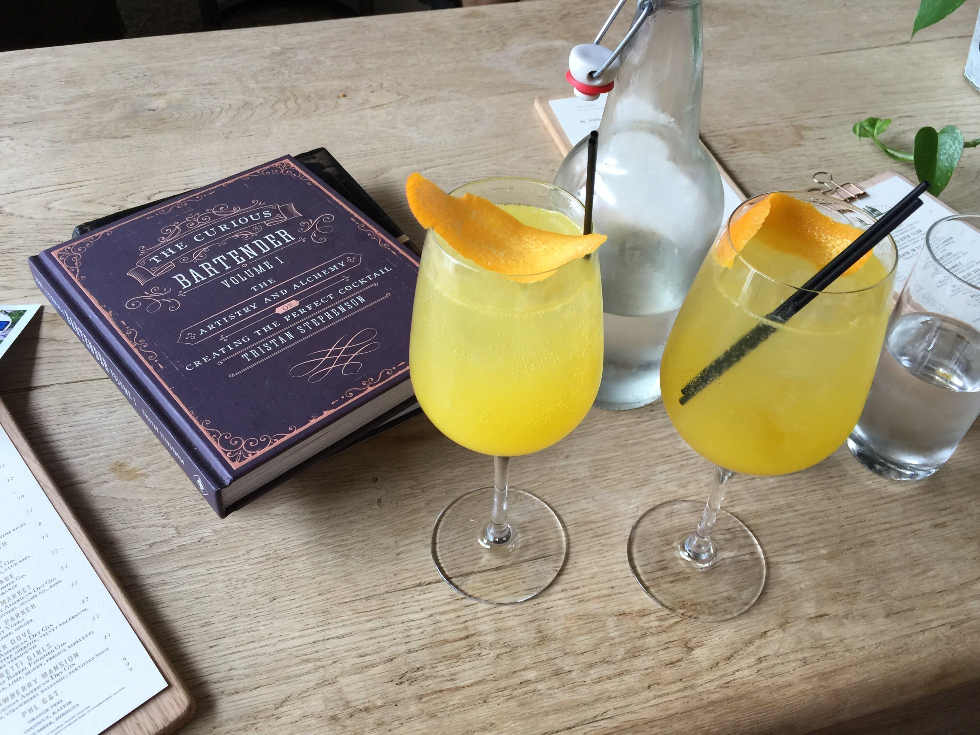 Kostenloses Stock Foto zu cocktails, getränke, tisch