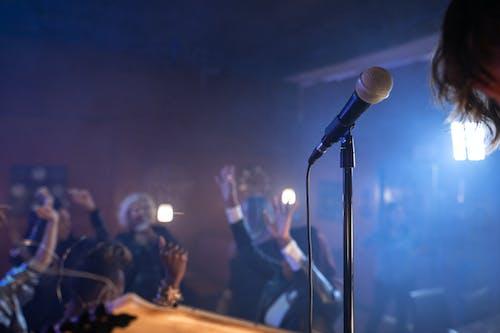 人們在舞台上站著唱歌