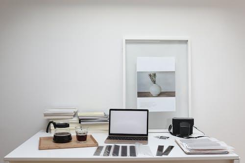Macbook Pro Sulla Tavola Di Legno Marrone
