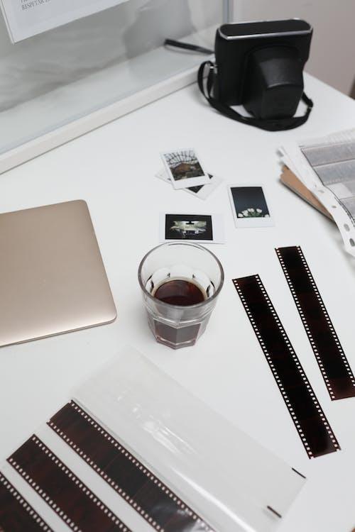 Очистить стакан для питья на белом столе