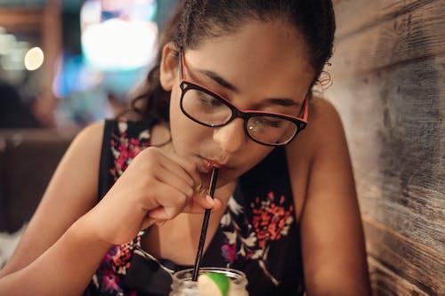 Immagine gratuita di bere succo di frutta, cannuccia, carino