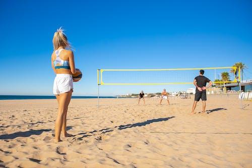Vrouw In Witte Korte Broek En Wit Overhemd Permanent Op Strand