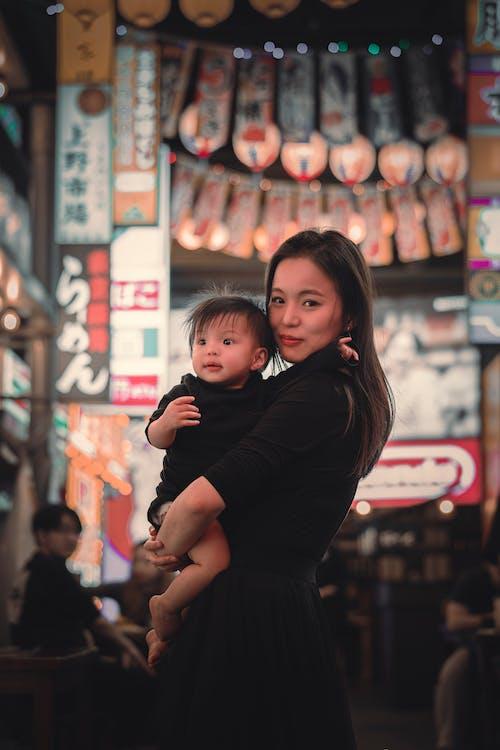 Kostenloses Stock Foto zu baby, drinnen, einkaufen, erwachsener
