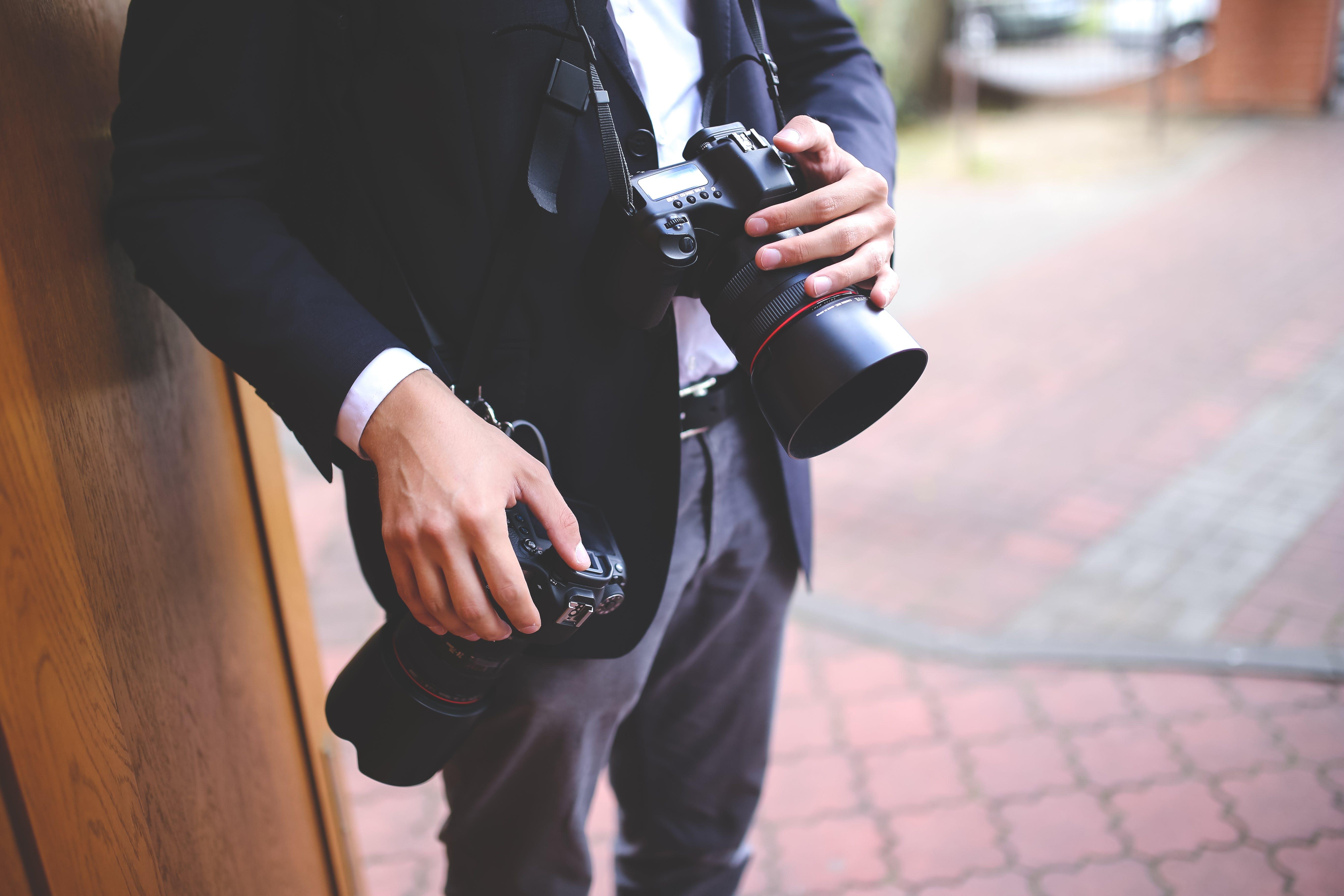 Ilmainen kuvapankkikuva tunnisteilla dslr, kädet, kamera, kamerat