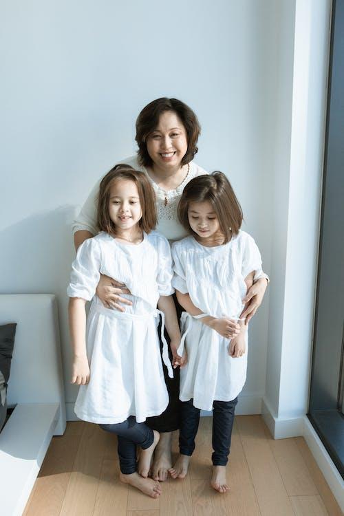 2 Filles En Robes Blanches Posant Pour La Photo