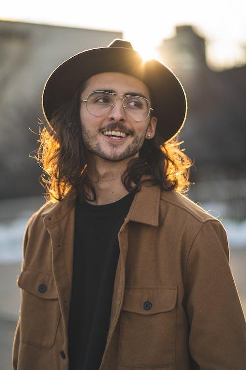 Fotobanka sbezplatnými fotkami na tému bright sun, bunda, čiapka, dospelý